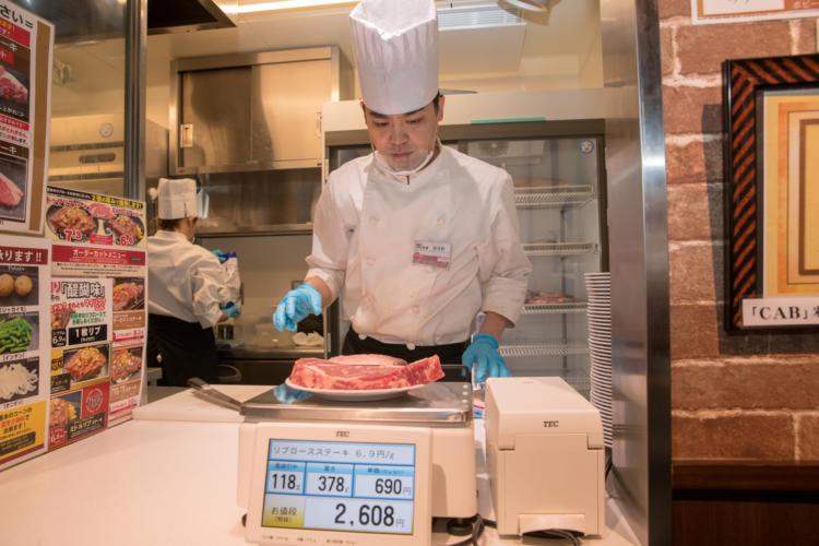 肉の重さを測る様子