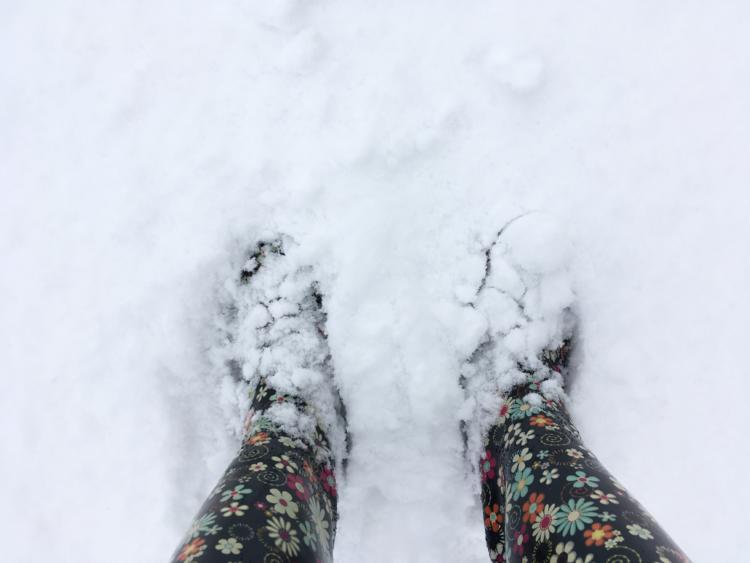 雪に埋まる足