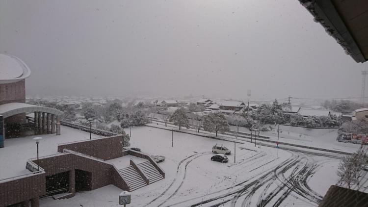 基山町役場の駐車場の雪